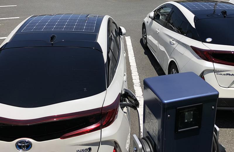 ソーラーパネルを搭載した電気自動車 写真